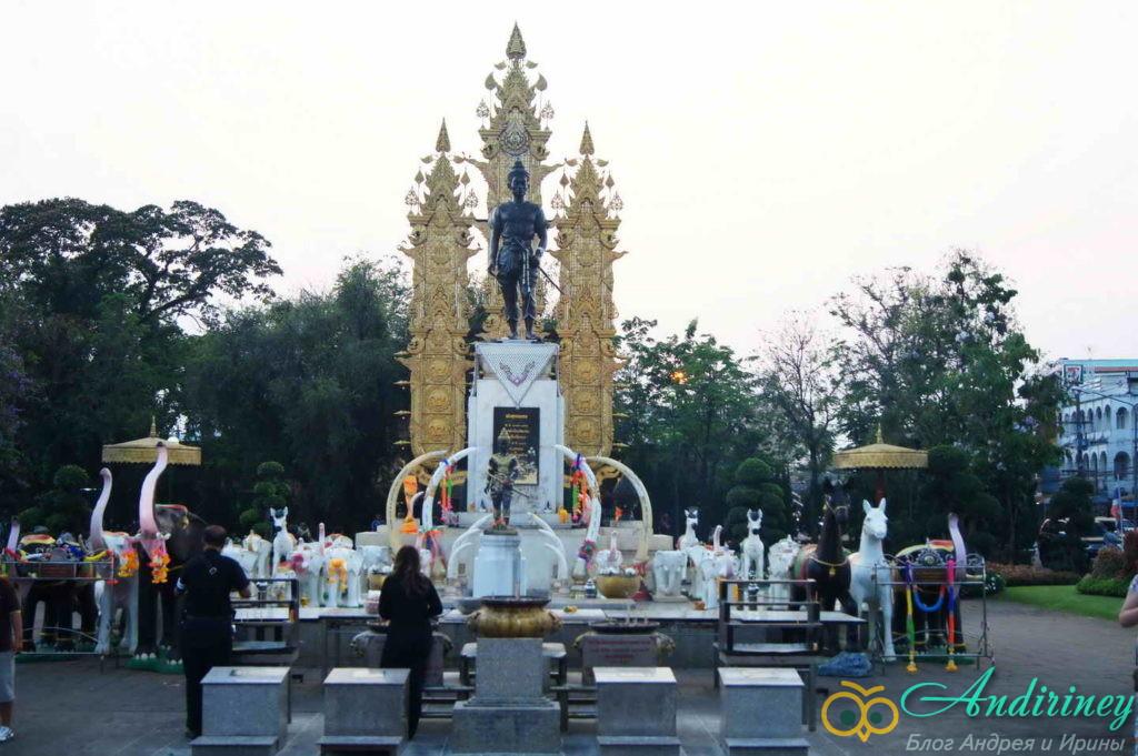 Чианграй. Памятник королю Менграю