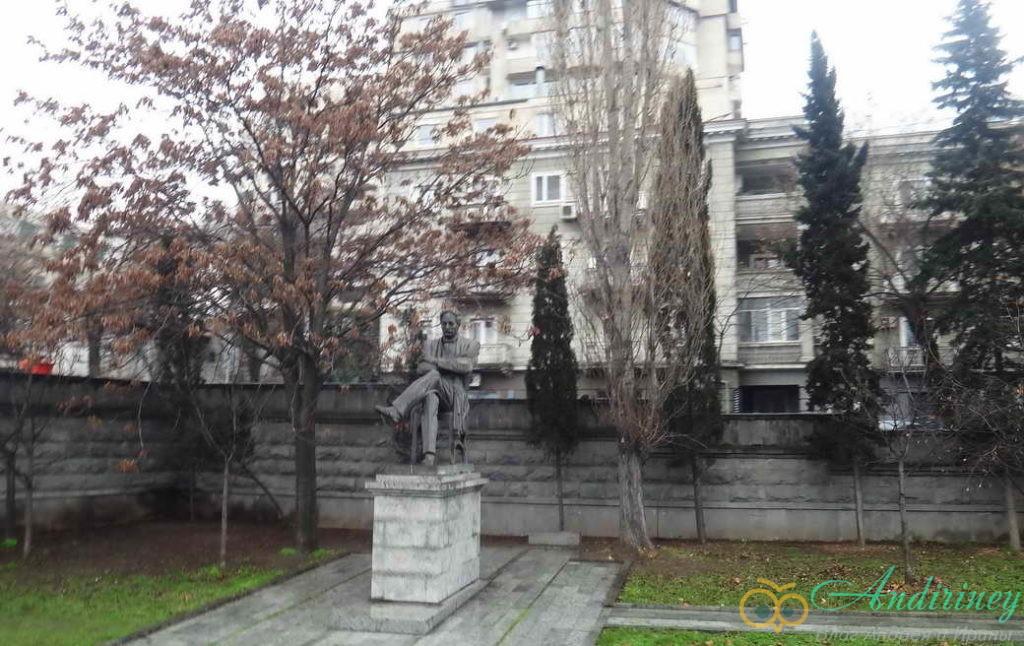 Тбилися в январе. Памятник Грибоедову