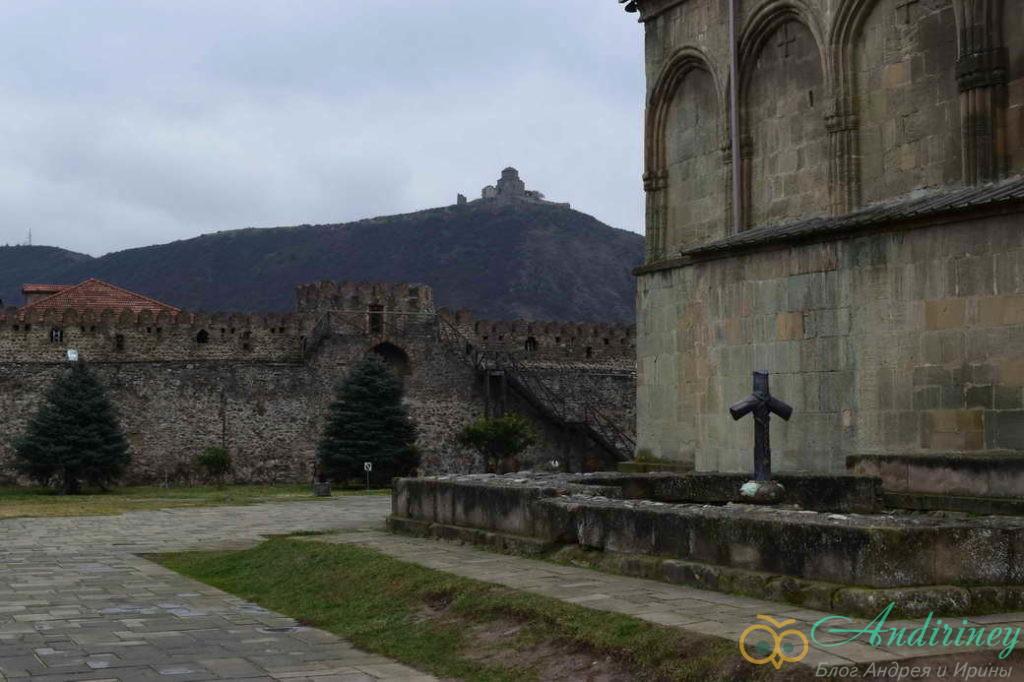 Вид из Мцхеты на монастырь Джвари