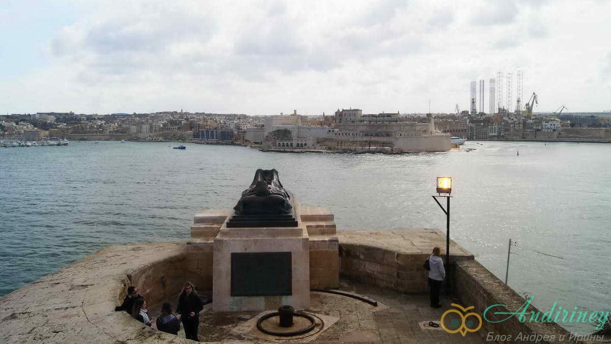Памятник раненому воину