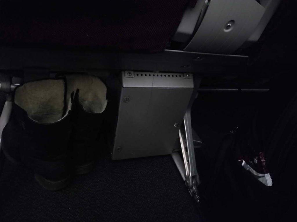 Место для ног под сиденьем в самолёте