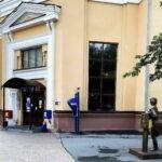 Памятник девушке-почтальону возле Почты России. Тюмень