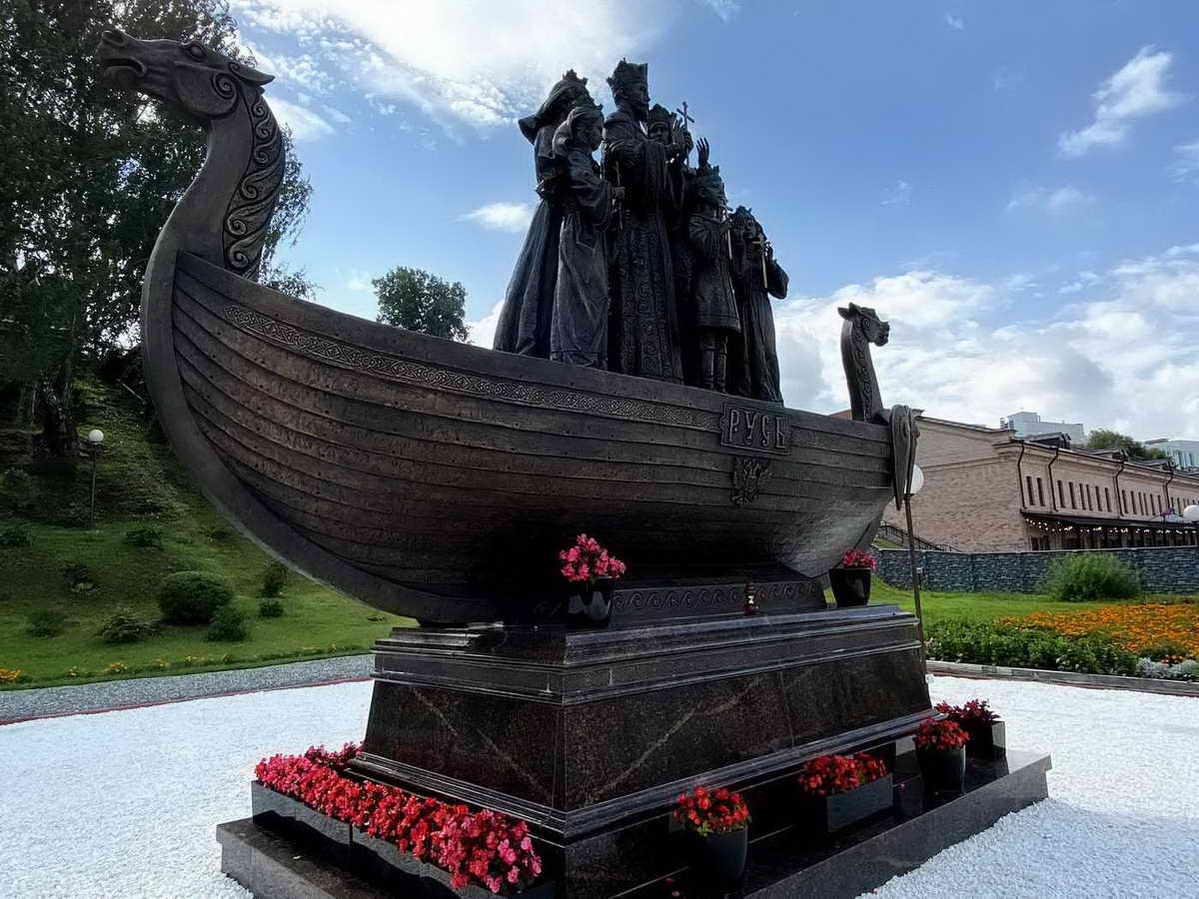 Памятник царской семье. Тобольск