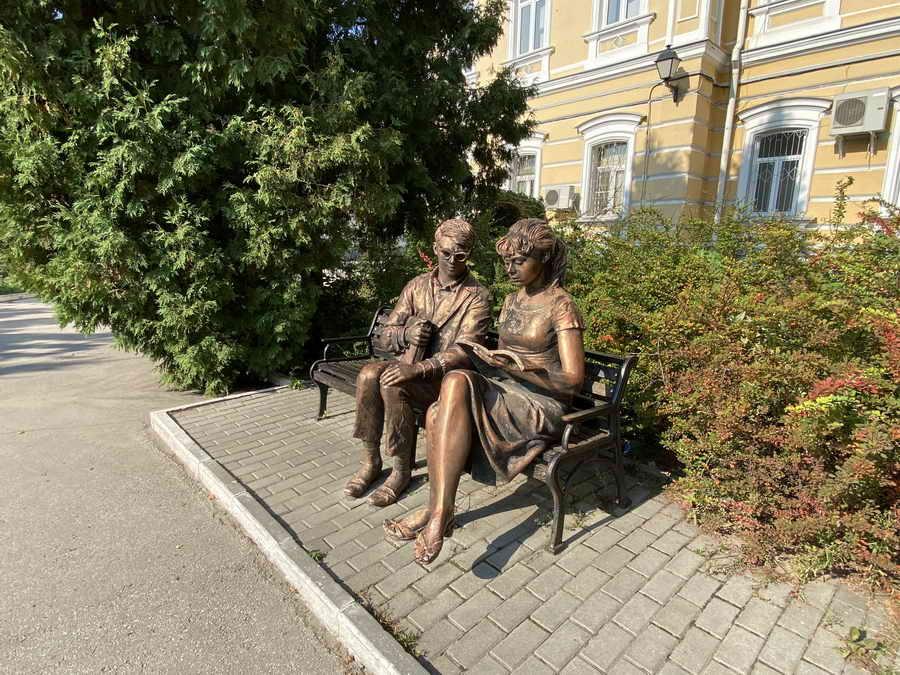 Шурик с Лидочкой во дворе Рязанского университета